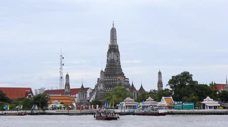 határkő : view of Wat Arun across Chao Phraya River during sunset in Bangkok, Thailand  Stock mozgókép