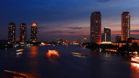Таиланд : Bangkok city at sunset with the evening twilight. The flurry of boats on the river with lights.