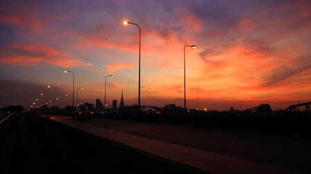 линии : Sky cloudy red-orange in the evening and the traffic on the road.