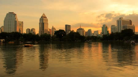 napfény : City at evening view of Bangkok from Lumpini Park, Thailand.