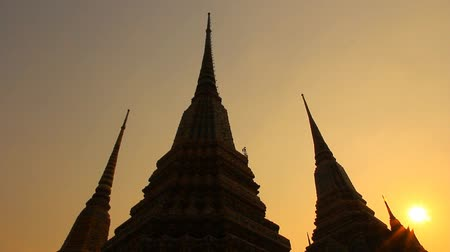 tajlandia : Pagoda at Wat Pho in the evening. Thailand silhouette