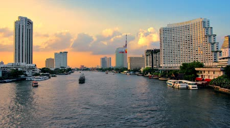 rzeka : Chaopraya river view in the evening time lapse travel the waterways of Bangkok Thailand