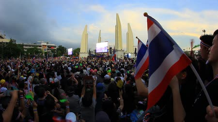 af : BANGKOK,THAILAND - NOVEMBER 24, 2013   Anti-government protesters to the Democracy Monument  The protest Against The Amnesty bill  Many anti It does not show the number of people on TV news Stok Video