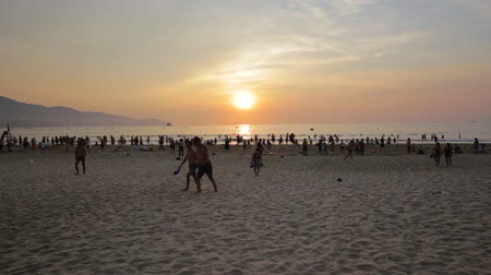 приехать : Danang, Vietnam: 12 May 2019 - Tourists and indigenous people come to the beach in the morning. In Danang, Vietnam Стоковые видеозаписи
