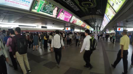 siamês : Bangkok - Thailand, 18 June 2019: The crowd in the morning rush hour at the Siam BTS station. Passengers waiting for trains