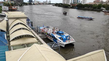 набережная : BANGKOK ,THAILAND - 18 June 2019 : Chao Phraya River water, near with King Taksin Bridge. Traditional people water transportation vessel in Bangkok city Стоковые видеозаписи
