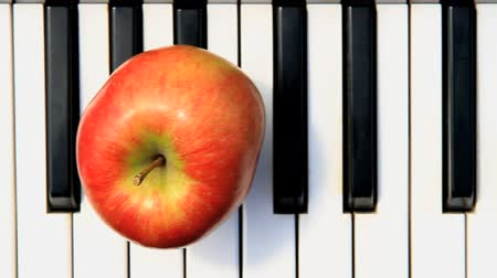enstrümanlar : apple on piano three Stok Video
