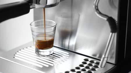 machine sous : Cup of hot espresso coffee on espresso machine