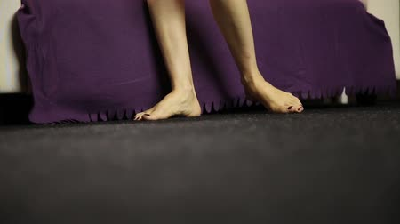 feltörés : young woman comes to couch, close up legs Stock mozgókép