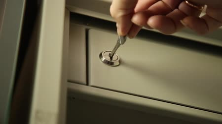 защелка : Key unlocked a safe latch and opening door safety deposit box