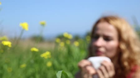 alergia : young woman sneezes from severe allergies wildflowers. Allergy and health problems for young woman Wideo