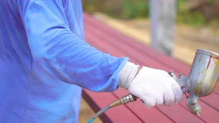 dekoratör : worker painting metal tubes with spray gun for building home Stok Video