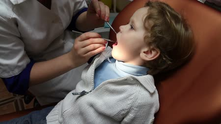 лечение : Brave kid on the reception at the dentist