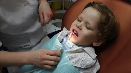dentysta : Doctor drill baby tooth