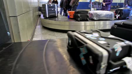 istek :  baggage conveyer moves