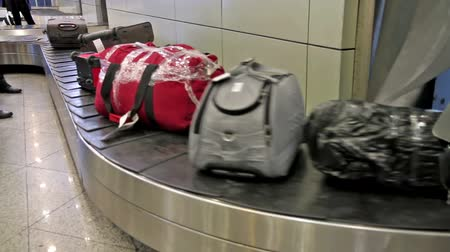 bagagem :  baggage conveyer moves