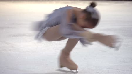 sport dzieci : Little girl performs an element of figure skating Spinner Wideo