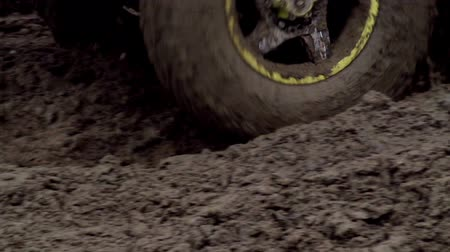 bahno : SUV wheel closeup passes through the mud. Slow Motion at a rate of 240 fps Dostupné videozáznamy