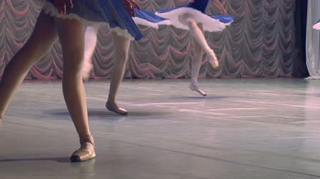 tüt : Feet in pointe dancing ballerinas on the stage. Slow Motion at a rate of 240 fps