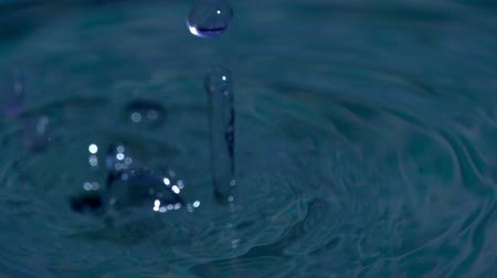 капельный : Drops of water falling on the water surface. Slow Motion at a rate of 240 fps Стоковые видеозаписи