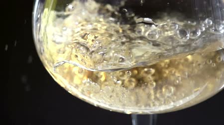 šampaňské : Slow Motion at a rate of 480 fps. Champagne is poured into a glass