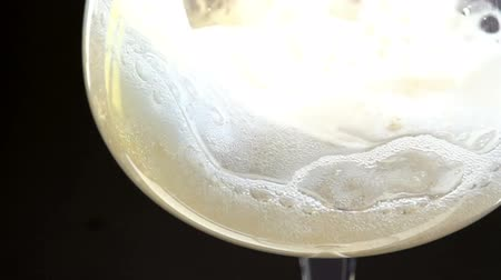 espumante : Slow Motion at a rate of 480 fps. Champagne is poured into a glass