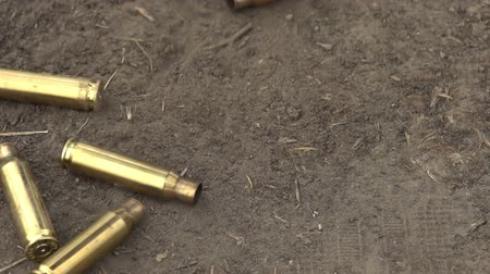 skořápka : Brass Cartridge Case from automatic weapons fall to the ground. Slow Motion at a rate of 240 fps
