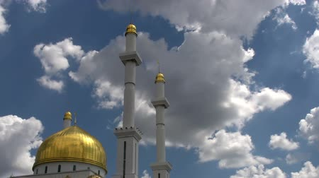 минарет : Beautiful golden dome of the mosque on the background of a rapidly running clouds. Time Lapse