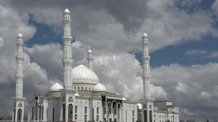 минарет : Beautiful white dome of the mosque on the background of a rapidly running clouds. Time Lapse