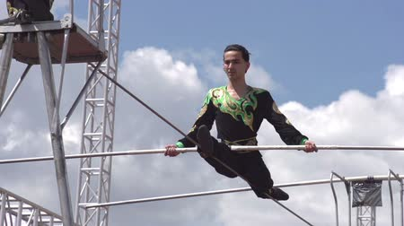 kable : Tightrope walker successfully performs a difficult trick and earns applause. Slow Motion at a rate of 240 fps
