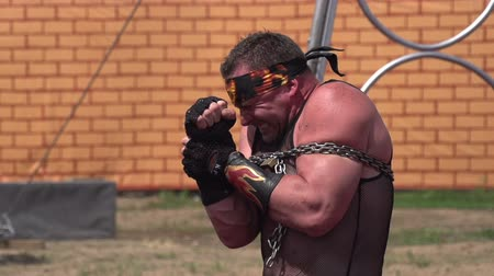 цирк : Circus athlete muscle tension tearing the chain. Slow Motion at a rate of 240 fps