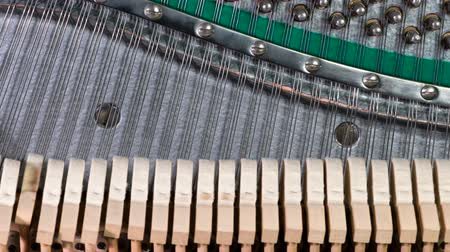 arranhão : Hammers Running on Strings. Piano hammers alternately run in different directions, striking the strings