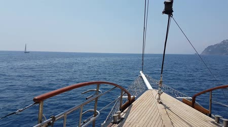 луки : View on yacht bow floating on sea