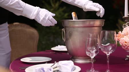 cerimônia : the waiter brings champagne