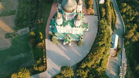 klooster : De Saint Pantaleon kathedraal in orthodox klooster in Kiev, Oekraïne Stockvideo