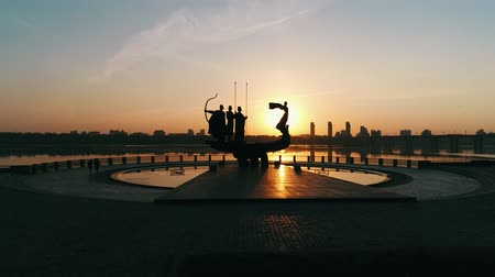 efsane : Monument to the founders of Kyiv at sunrise, beautiful cityscape in fiery sunlight. Statue of Kyi, Shchek, Horyv and Lybid over the Paton bridge. Capital of Ukraine