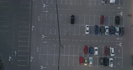 空いている : 4k top aerial view of carpark with lots vacant space places traffic diagram.