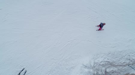 tirol : Little girl skiing downhill in winter equipment Archivo de Video