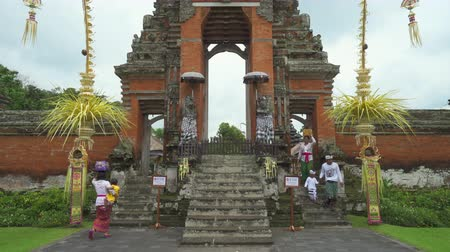 sacrifício : Balinese hindu temple. Taman Ayun Royal temple - October 2017: Mengwi, Bali, Indonesia
