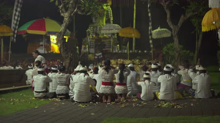 ладан : Hindu ceremony in a Balinese local temple at night. People praying - October 2017: Sukawati, Bali, Indonesia Стоковые видеозаписи
