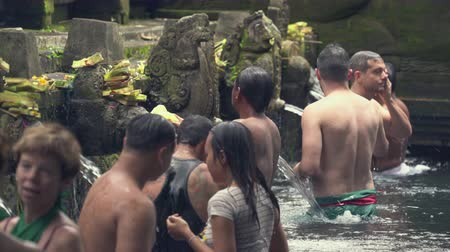 ладан : Balinese hindu people praying in the holy springs. Tirta Empul temple - October 2017: Tampaksiring, Bali, Indonesia