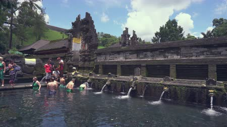 hacı : Balinese hindu people praying in the holy springs. Tirta Empul temple - October 2017: Tampaksiring, Bali, Indonesia