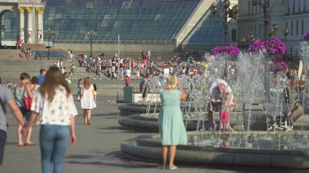kijev : Kiev city center. Maidan Nezalezhnosti square and fountains - June 2017: Kiev, Ukraine Stock mozgókép