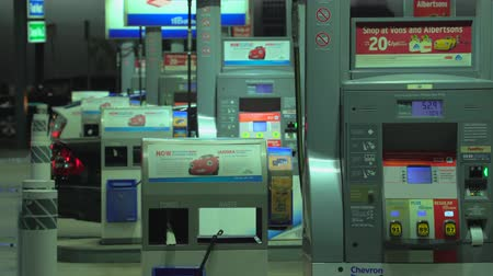 aeróbico : Chevron, American gas station at night - August 2017: Los Angeles California, US