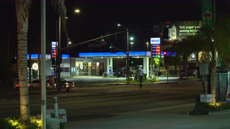 kosten : Mobil, Amerikaans tankstation 's nachts - augustus 2017: Los Angeles, Californië, VS. Stockvideo