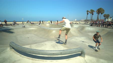 sierpien : Venice skate park, skateboarding park in Venice beach, Santa Monica - August 2017: Los Angeles California, US