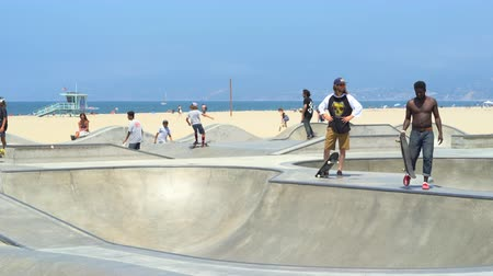 salti : Skatepark di Venezia, parco skateboard a Venice beach, Santa Monica - Agosto 2017: Los Angeles in California, USA