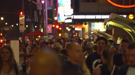 körút : Crowd of people in Hollywood blvd. at night. Walk of fame - August 2017: Los Angeles California, US Stock mozgókép