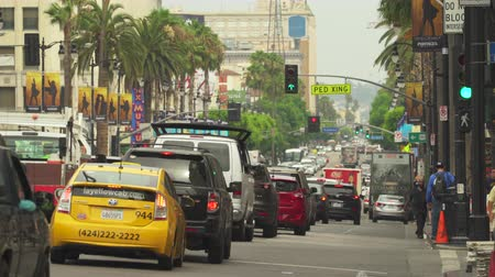 veel : Los Angeles verkeer. Drukke straattafereel, Hollywood blvd. Walk of fame - augustus 2017: Los Angeles, Californië, VS.