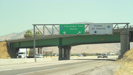 passagem elevada : Traffic on road. Trucks, cars and freeway signs in I5 highway, California